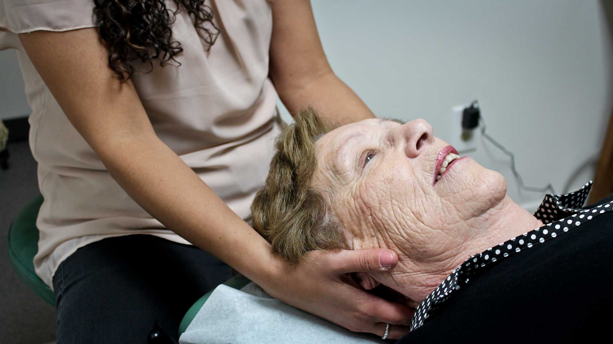 senior-neck-chiropractic-treatment